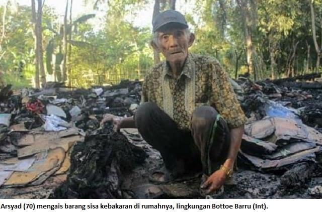 Arsyad (70) mengais barang sisa kebakaran di rumahnya, lingkungan Bottoe Barru (Int).