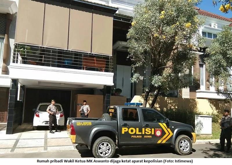 Rumah pribadi Wakil Ketua MK Aswanto dijaga ketat aparat kepolisian (Foto: Istimewa)