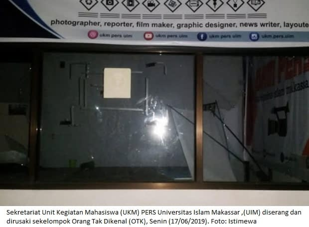 Sekretariat Unit Kegiatan Mahasiswa (UKM) PERS Universitas Islam Makassar ,(UIM) diserang dan dirusaki sekelompok Orang Tak Dikenal (OTK), Senin (17/06/2019). Foto: Istimewa
