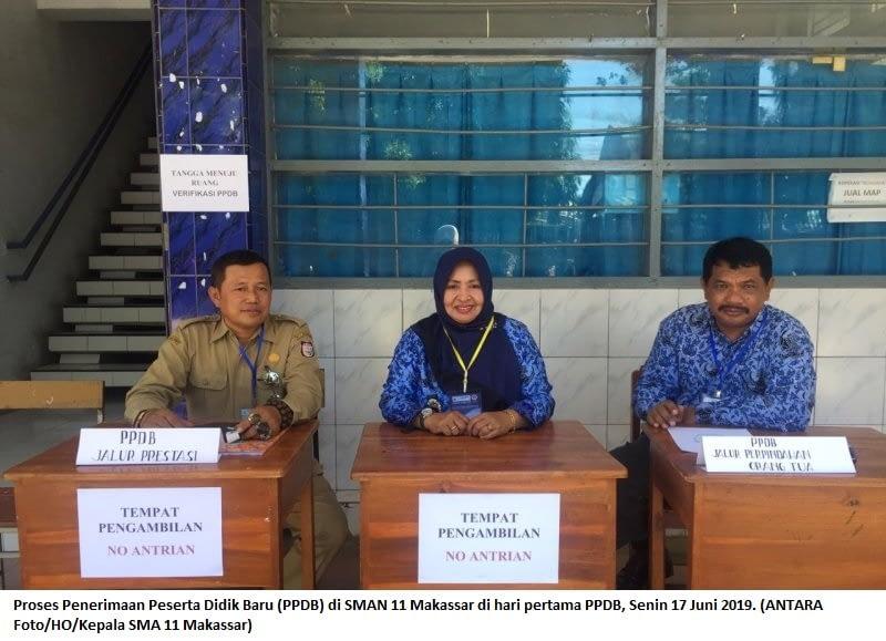 Proses Penerimaan Peserta Didik Baru (PPDB) di SMAN 11 Makassar di hari pertama PPDB, Senin 17 Juni 2019. (ANTARA Foto/HO/Kepala SMA 11 Makassar)