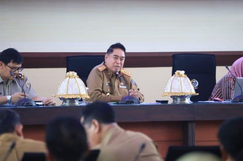 Sekretaris Provinsi Sulawesi Selatan Abdul Hayat Gani saat pertemuan dengan tim Koordinasi dan Supervisi Daerah KPK di Makassar, Senin, (1/7/2019). ANTARA FOTO/HO/Humas Pemprov Sulsel