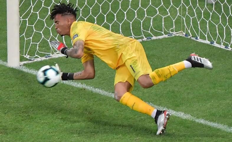 Pedro Gallese menggagalkan penalti Luis Suarez